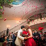ローズガーデンクライスト教会:真上から降り注ぐ花びらがサプライズを祝福!らせん階段が結ぶダイニングルーム&ホワイエもフル活用した