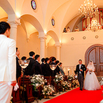 ローズガーデンクライスト教会:花嫁の心をくすぐる幻想的な大聖堂に一目惚れ。ホテルの貸切空間で夜景を楽しむ披露宴に期待が膨らんだ