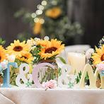 マリーゴールド 久留米:披露宴会場は夏らしくひまわりをモチーフにしたコーディネートに。白いテーブルクロスに黄色が映えた