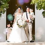 ルシアスガーデン(Luscious Garden):陽光がやさしく降り注ぐ純白のチャペルでの人前式。ゲストに見守られ、あらためて家族四人の誓いを立てた