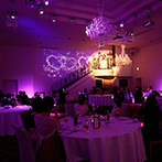 「最高の一日」~Wonderful Wedding~:大階段やガーデンなど、ロケーションを活かした登場シーン。大画面のスクリーンで、サプライズも印象的に