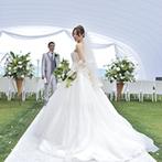 フルーツパーク富士屋ホテル:緑が美しいガーデンに張った真っ白なテントで行う挙式スタイルに魅了。大人数対応の披露宴会場も決め手に