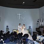 HILLSIDE VILLA Ciel et Vert(ヒルサイドヴィラ シエルヴェルト):ふたりとゲストの幸せな表情を引き立てる、純白の誓いの舞台。全員の前で結ばれたふたりを天使の羽根が祝福