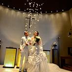HILLSIDE VILLA Ciel et Vert(ヒルサイドヴィラ シエルヴェルト):フランスのセントヴァレンタイン村と提携した教会でふたりらしく誓う人前式。天使の羽根にも心洗われた