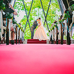 IRIS WATER TERRACE AYAMEIKE:祭壇奥のガラス越しに緑を望む開放的なチャペルでの挙式。美しい音楽に包まれてふたりらしく誓った永遠の愛