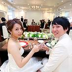 富山セント・マリー教会&迎賓館VICTORIA:ゲストと心地よくふれあえる迎賓館を、ナチュラルムードに装飾。カラフルなウエディングケーキも目を惹いた