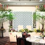 ホテルキャッスル(HOTEL CASTLE):テーマは、ふたりで参加した「野外フェス」。緑を使った野外のような会場で、ウエディングフェスがスタート