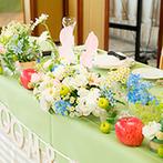 ヒルサイドガーデン・山手フランス山教会:ホワイトやブルーの花で爽やかに飾った空間。キャンディビュッフェやオリジナルケーキがゲストの間で話題に