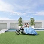 Blanc Beige(ブラン:ベージュ):新郎のバイク仲間をはじめ、ゲストにサプライズ!ガーデンを駆け抜けるバイク入場で、華やかに盛り上げた