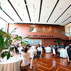 Mandarin Port(マンダリンポルト):パーティの始まりは大階段から、お色直し後はガーデンから登場!ソファの高砂席でゲストとの距離もより近く