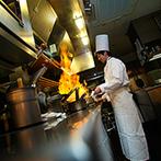 Rouge Ardent(ルージュアルダン):豊かな緑に囲まれたリゾート空間。オープンキッチンでは新郎のフランベパフォーマンスで大盛り上がり!