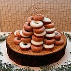 ヴィラ ド ナチュール:クロカンブッシュのイメージでオーダーした「ドーナツタワー」。新郎への愛情をこめた顔面パイにも歓声が