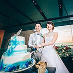 AMANDAN BLUE 鎌倉(アマンダンブルー鎌倉):夕焼けに染まる空と海をバックにウエディングケーキ入刀。こだわりの美しいデザインがゲストに大好評だった