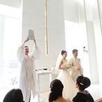 ウェスティンホテル仙台:地上高110m、25階からの眺めはまさに絶景!純白の壁に自然光が反射し、誓いのシーンを優しく包みこんだ