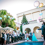 ONE&ONLY ル・グラン・ミラージュ:新婦好みの夏らしい装飾が映える、50本以上のヤシの木に囲まれたくつろぎの空間。ゲストが喜ぶ演出にも納得