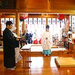 定禅寺ガーデンヒルズ迎賓館:仙台の街を望む由緒正しい愛宕神社での神前式。親族や参拝客に見守られながら契りを結び、幸せを噛み締めた