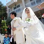 迎賓館ヴィクトリア福井&ヴィクトリアフォレスト:色鮮やかな輝きを放つステンドグラスに見守られる挙式。式後は花びらが映える青空の下、フラワーシャワー!