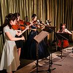 ホテル インターコンチネンタル 東京ベイ:新婦と友人による弦楽器の生演奏が、パーティに華を添えた。サプライズムービーで感動して涙する人の姿も