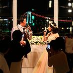 ホテル インターコンチネンタル 東京ベイ:劇団に所属するふたりらしい再入場は、美しい歌声にゲストもうっとり。夜景をバックに記念撮影も楽しんだ