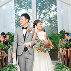 Miel Cloche(ミエルクローチェ):チャペルの中と外の緑がきらきらと輝いた結婚式日和。ゲストの前でふたりらしく誓い、晴れやかな笑顔で退場