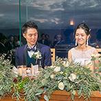 AMANDAN SKY(アマンダンスカイ):窓の外が夕暮れとイルミネーションに染まるロマンティックなパーティ。ナチュラルな装花で自然体の笑顔に