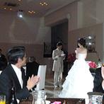 アール・ベル・アンジェ室蘭:一人ひとりにケーキを手渡す演出は、少人数のパーティならでは!新郎から新婦へのバースデーサプライズも