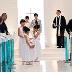 シェラトングランドホテル広島:誓いのステージは、柔らかな光に包まれたチャペル。子どもゲストの愛らしさで、和やかなセレモニーが叶った