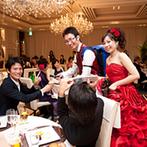 ラグナヴェール大阪 LAGUNAVEIL OSAKA:お色直しの後は、新郎がサーバーを担いでビールを注ぐテーブルラウンド。会場装花は、ドレスが映える色調で