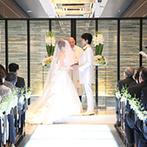 ラグナヴェール大阪 LAGUNAVEIL OSAKA:ふたりの誓いを彩るスタイリッシュなチャペル。光を放つ大理石のバージンロードにドレスが美しく映えた