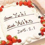 ラ・バンク・ド・ロア(横浜市指定有形文化財):上質かつ可愛らしい空間で、ゲストと心の距離を近づけるひと時。証明書型のケーキにふたりでサインも行った
