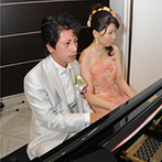 Mille Anges(ミル・アンジュ):幸せ色に満ちたパーティでゲストもふたりも笑顔いっぱい。新郎新婦のピアノ伴奏でゲストが大合唱!