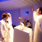 ・・★星空チャペル(R)★・・ GRANDARCHE WEDDING HILLS(グランダルシュ ウエディングヒルズ):白が基調のアットホームなチャペル。シーンごとに変わりゆく光&星空の演出は、ふたりの心に強く刻まれた