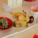 料亭 賀城園:美しい壁画や庭園の眺望など歴史薫る大広間で披露宴。折紙で作ったくす玉など手作りアイテムをあしらった