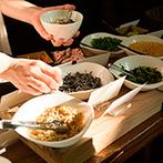 フォーチュン ガーデン 京都(FORTUNE GARDEN KYOTO):オープンキッチンから出来たてで振る舞われる美食で笑顔に。テラスではお茶漬けビュッフェも振る舞った
