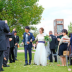 キュイジーヌ フランセーズ ラ・シャンス:大自然に囲まれて、植樹の演出を取り入れたオリジナル挙式。愛のメロディに合わせて友人たちも歌い出した
