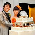 湯沢グランドホテル:大好きなゲストと一緒に楽しむ和やかな披露宴が実現した。大勢に囲まれてメインイベントのケーキ入刀も