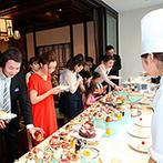 ザ・グロー オリエンタル名古屋:木のぬくもりを感じる洗練された空間。熱々の料理や、色とりどりのデザートビュッフェにゲストもワクワク