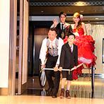 リバースイート 京都鴨川迎賓館:お色直し後は、古都の風情を感じる人力車で再登場。手作りアイテムや映像で、二度の各卓まわりを盛り上げて