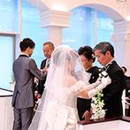 アヴァンセリアン東京(AVANCER LIEN TOKYO):陽射しが優しく降り注ぐ、純白のチャペルで家族の絆を結ぶ教会式。屋上ガーデンではブーケトスや集合写真も