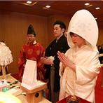 ANAクラウンプラザホテル宇部:厳かな雰囲気が漂う、館内にある神殿での神前式。神社仏閣巡りが趣味のふたりの想いにぴったりだった