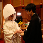 ANAクラウンプラザホテル宇部:日本の伝統美が薫る白無垢をまとい、静かな気持ちで臨んだ神前式。厳かな儀式に結婚することを実感できた