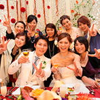 オール・セインツ ウェディング:純白のパーティ会場を、秋らしく温かみのある色合いの装花で装飾。彩り鮮やかな美食にゲストは思わず笑顔!