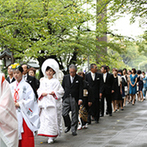 料亭 河文:車で程近くの神社で、日本古来の神前式。花嫁行列や神職による儀式、白無垢など、すべての憧れが形に