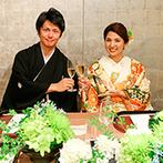 名古屋 河文:庭園と水鏡を一望できる、開放的な和のバンケット。涼しげな装花が飾られた空間で、和のおもてなしを満喫
