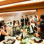 名古屋 河文:友人たちと盃をかわし、お世話になった人たちを紹介するなど、メイン席のステージでゲスト参加型の演出も