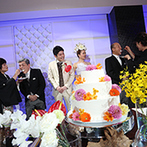 NIHO:フラワーを自由に使って、ふたりらしさを見事に表現。ケーキは、両家両親のお手本バイトのサプライズも
