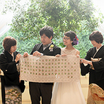 BLEU LEMAN 名古屋(ブルーレマン ナゴヤ):降り注ぐ陽光に照らされた家族の絆を感じる人前式。ゲストのサイン入りタペストリーは新居のインテリアに