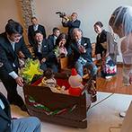YOKKAICHI HARBOR 尾上別荘:親子3人で叶えた幸せいっぱいのパパママ婚。愛息の両頬に同時にキスをする仲睦まじい姿がなんともキュート