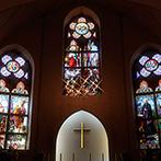 セント・パトリック教会:海外で大切に受け継がれてきた、18世紀製のステンドグラスに見守られて、新婦が思い描いていた理想の挙式に