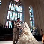 ラヴィール金沢:ノートルダムの大聖堂から受け継がれた、本物のステンドグラスが見守る空間。ふたりらしい言葉で誓う人前式